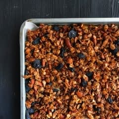 almond and raisin granola